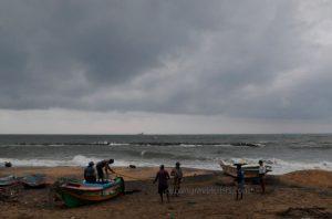 ผู้คนในศรีลังกาอพยพเมื่อ พายุไซโคลน บูเรวี ใกล้เข้ามา