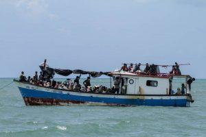 เรือ ผู้ลี้ภัยชาวโรฮิงญาลอยลำโดยไม่มีอาหารน้ำ