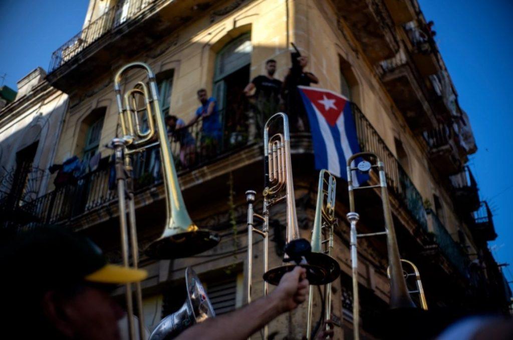 นักดนตรี คิวบาสนับสนุนการประท้วง รัฐบาลคอมมิวนิสต์ของคิวบาได้ส่งเสริมและให้เกียรตินักดนตรีมานานแล้วและในทางกลับกัน เพลงหลายเพลงก็ถูกเขียนขึ้น