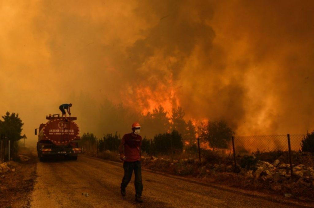ไฟป่าในตุรกี ทำให้เกิดความหายนะ ยอดผู้เสียชีวิตจากไฟป่าในตุรกีติดต่อกัน 6 วันเพิ่มเป็น 8 ราย ขณะที่ในกรีซ ประเทศเพื่อนบ้าน นักผจญเพลิง