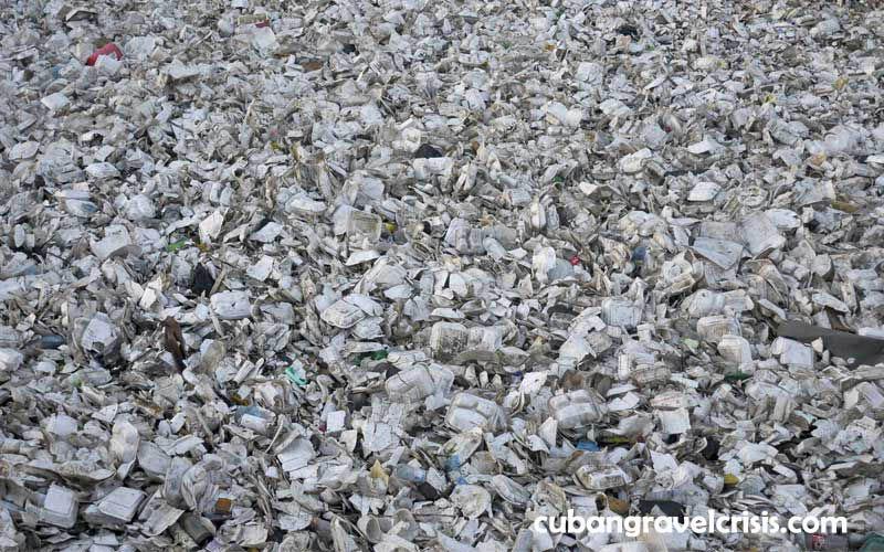 England ห้ามใช้ช้อนส้อมพลาสติกและถ้วยโพลีสไตรีนเพื่อลดขยะแต่ละคนใช้แผ่นพลาสติกแบบใช้ครั้งเดียว 18 แผ่นและช้อนส้อมพลาสติกแบบใช้ครั้งเดียว